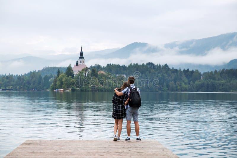游人年轻夫妇爱的在布莱德湖,斯洛文尼亚 免版税库存照片