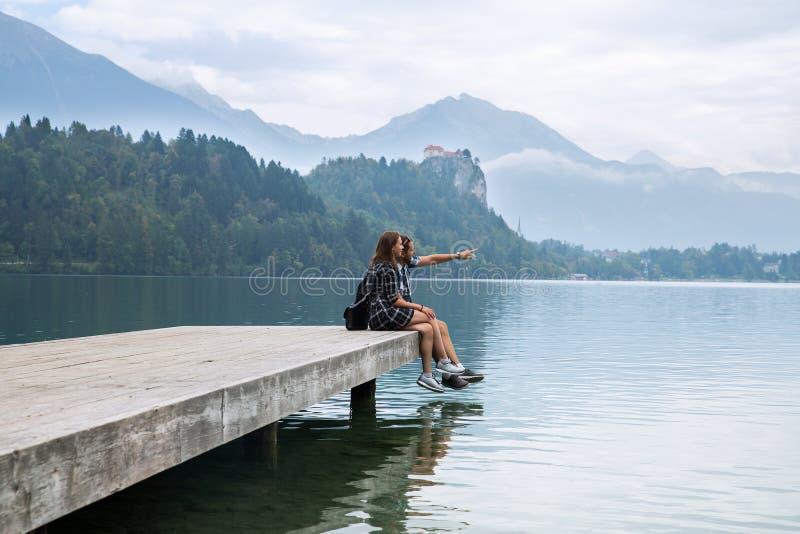 游人年轻夫妇爱的在布莱德湖,斯洛文尼亚 库存照片