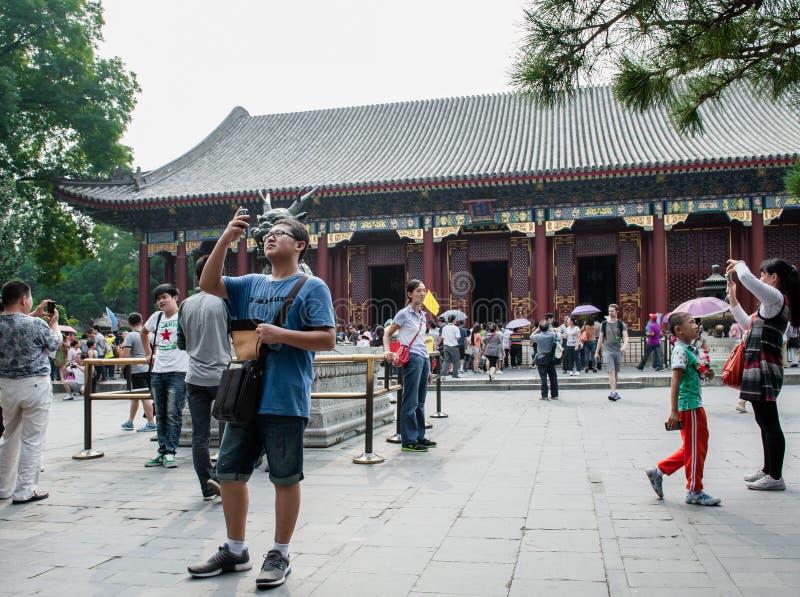 游人临近修道院 免版税库存图片