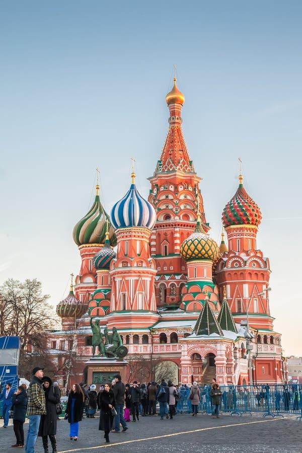 游人临近圣徒红场的蓬蒿的大教堂,莫斯科 免版税库存照片