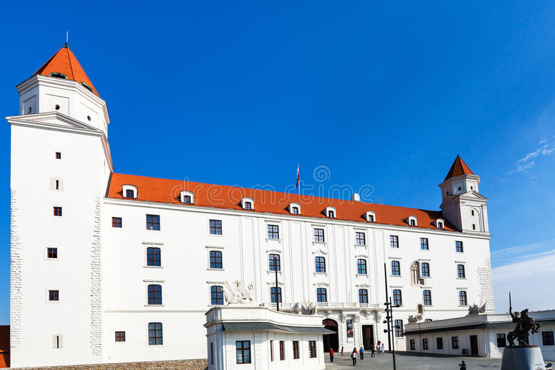 游人临近布拉索夫城堡主闸  库存图片