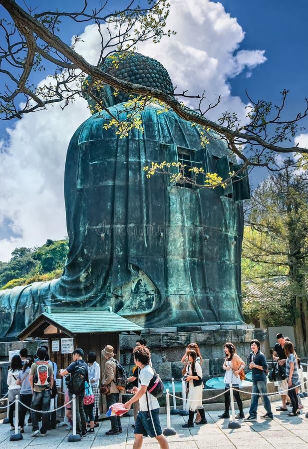 游人临近著名伟大的菩萨雕象 免版税库存照片