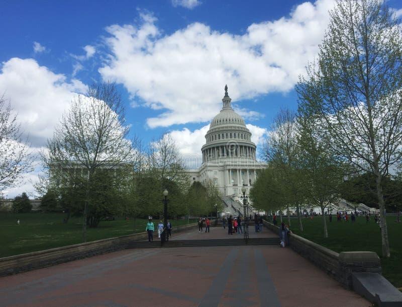 游客正步行前往美国华盛顿的美国国会大厦 图库摄影