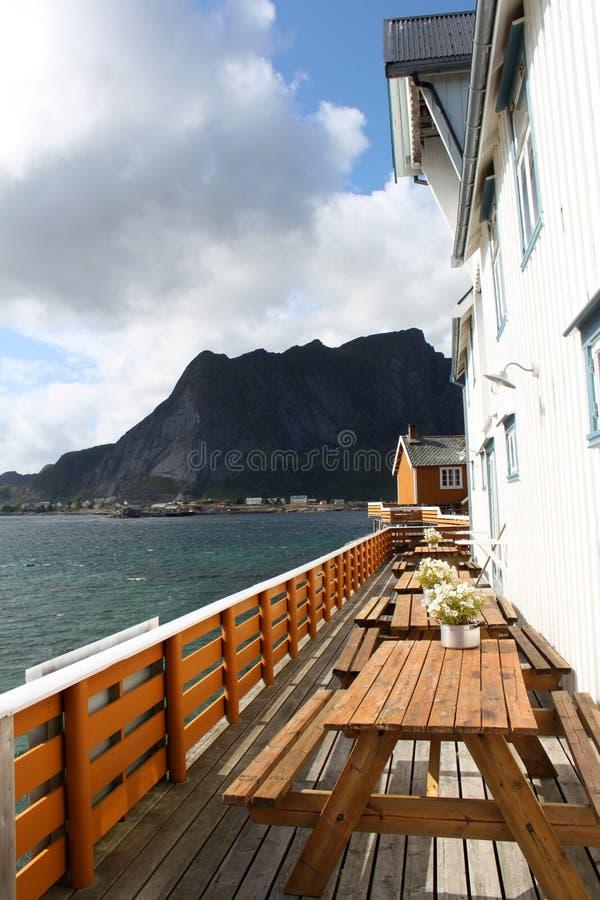 游廊有美丽的景色 Lofoten海岛,挪威 库存照片