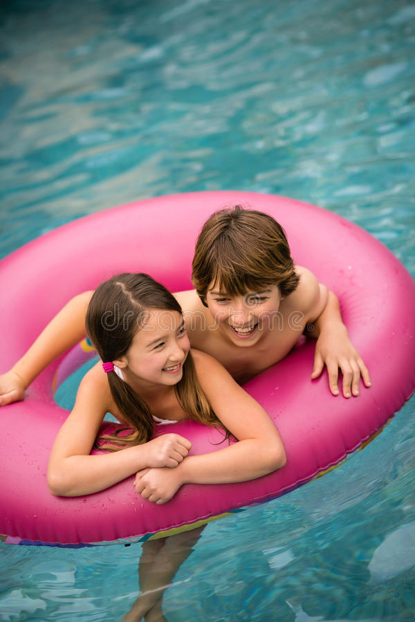 游泳内胎的孩子 免版税库存照片