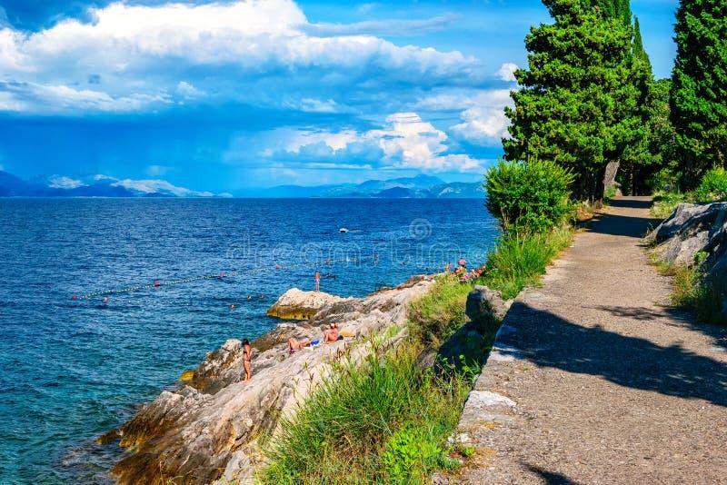 游泳和晒日光浴在岩石的人们在南克罗地亚 免版税库存图片