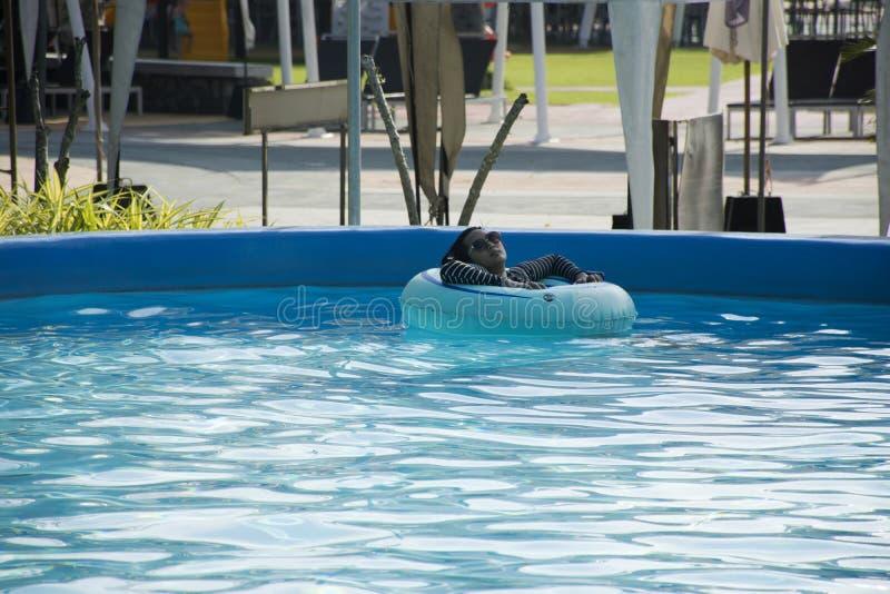 游泳和演奏在水池的泰国妇女水在室外 库存图片
