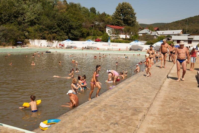 游泳在公共场所的人们 库存照片