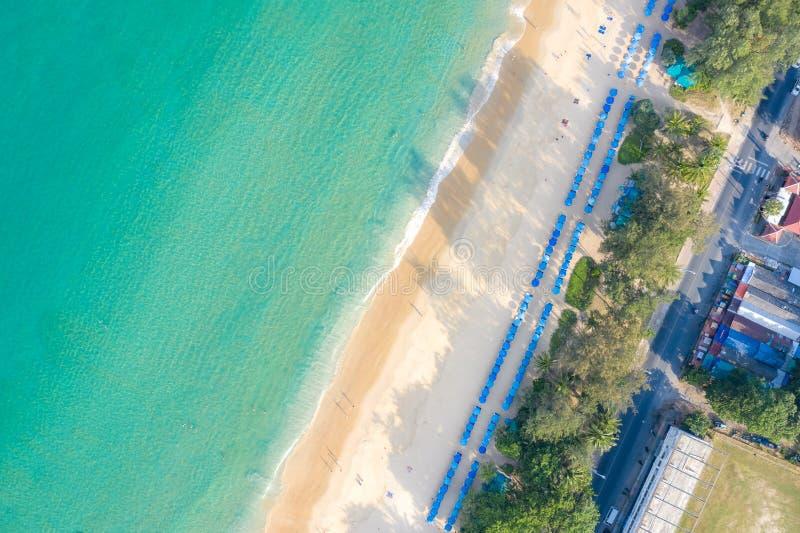 游泳在桃红色游泳圆环的人鸟瞰图在透明绿松石海在普吉岛,泰国 库存照片