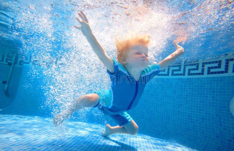 游泳在水面下年轻人的男孩 库存图片