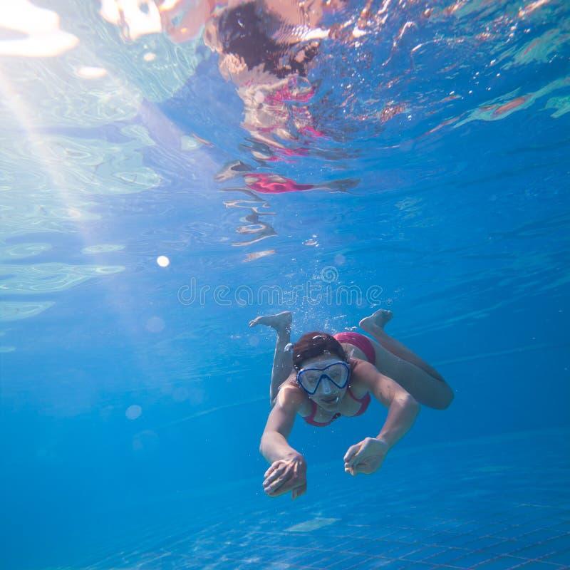 游泳在水面下 免版税库存图片