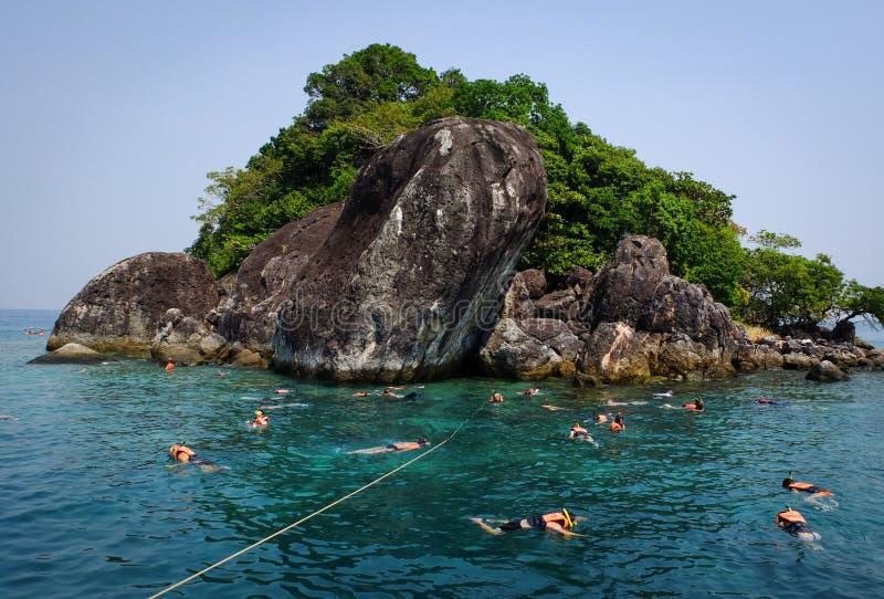 游泳在海的人们在Kep,柬埔寨 免版税库存照片