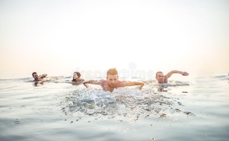 游泳在海的朋友 免版税库存照片