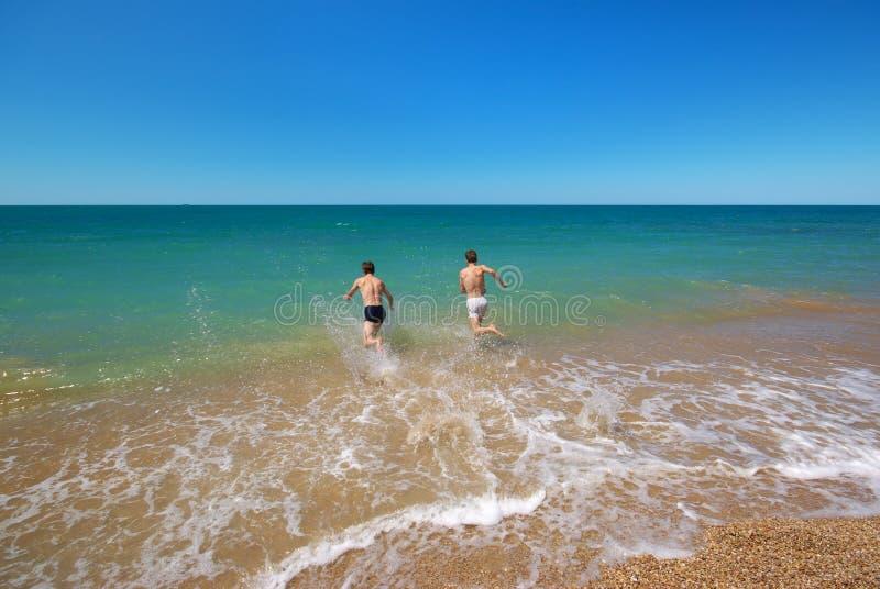 游泳在海 免版税库存照片