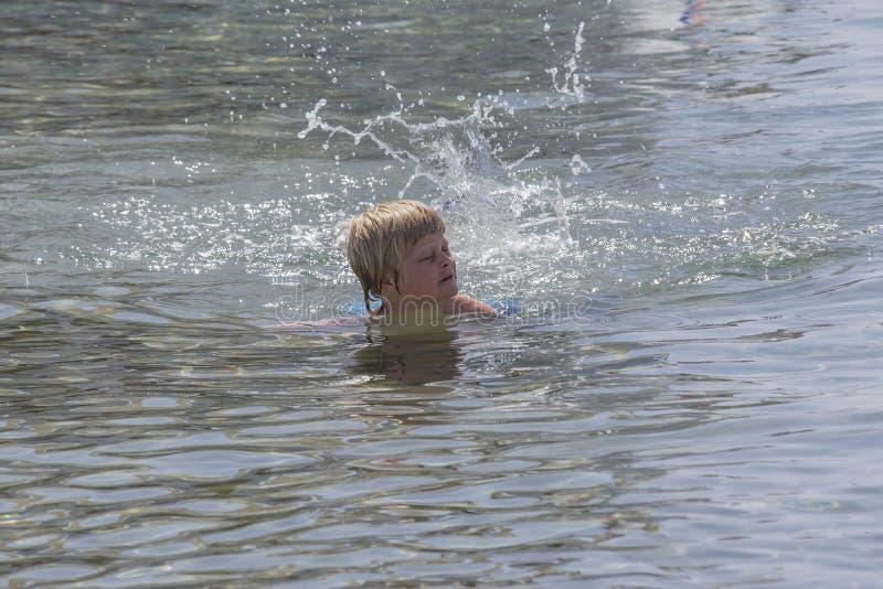 游泳在红海 免版税图库摄影