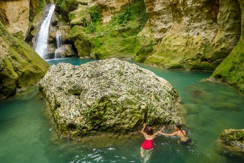游泳在蓝色盐水湖 库存照片