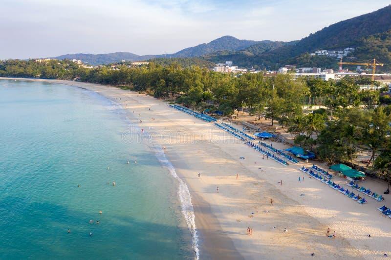 游泳在透明绿松石海的人鸟瞰图在Karon海滩在普吉岛,泰国 免版税库存图片