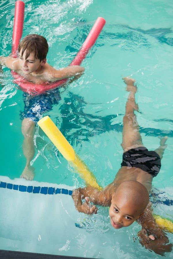 游泳在水池的小男孩 免版税图库摄影