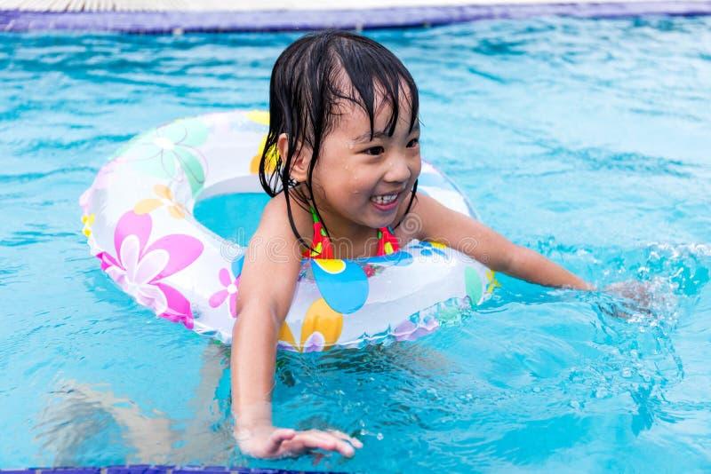 游泳在水池的愉快的亚裔中国小女孩. 子项, 快乐.
