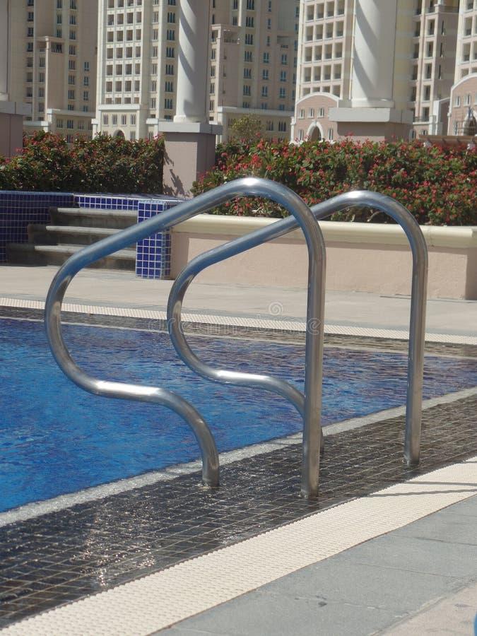 游泳场扶手栏杆的接近的图象 免版税库存图片