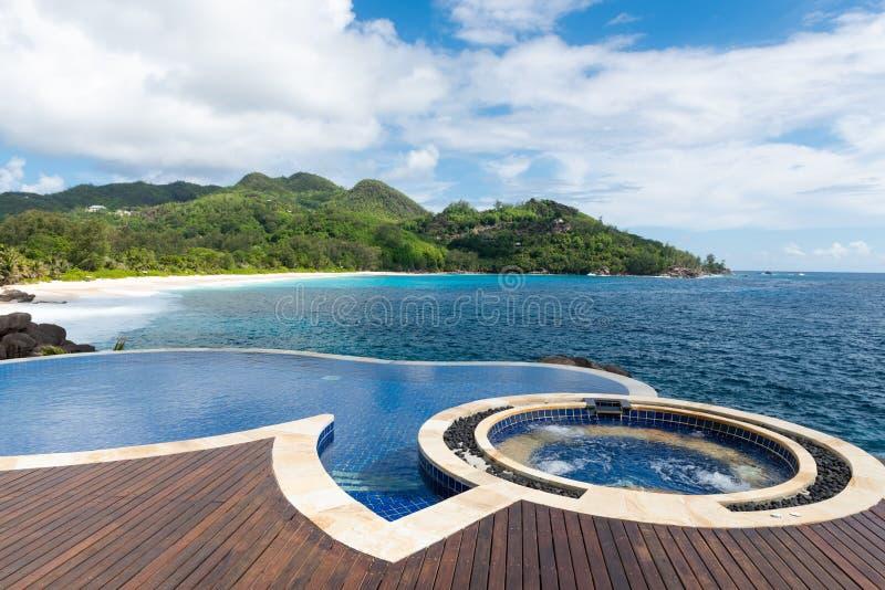 游泳场有美好的热带海景 免版税图库摄影