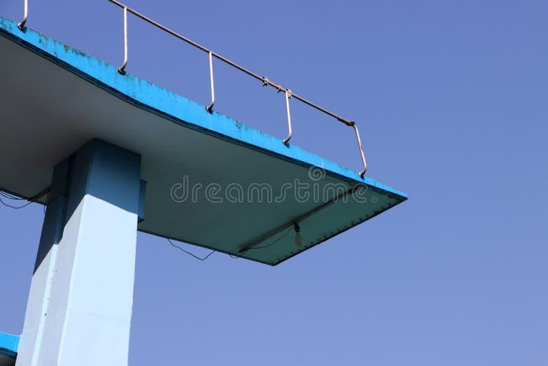 游泳场跳跃的平台有天空蔚蓝的 库存图片