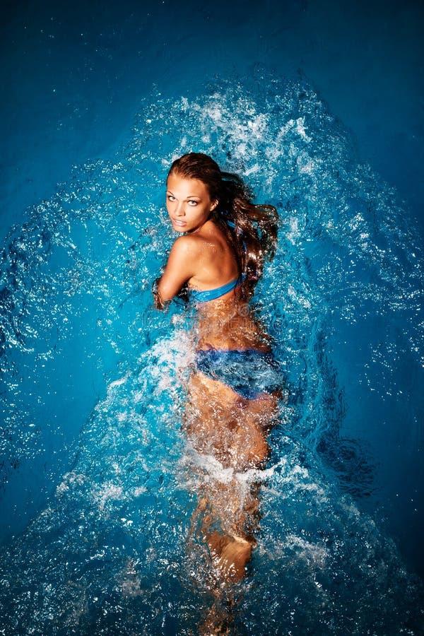游泳女孩。 库存图片