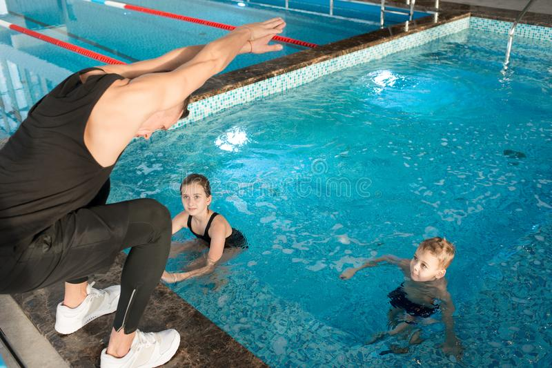 游泳教练在工作 库存照片