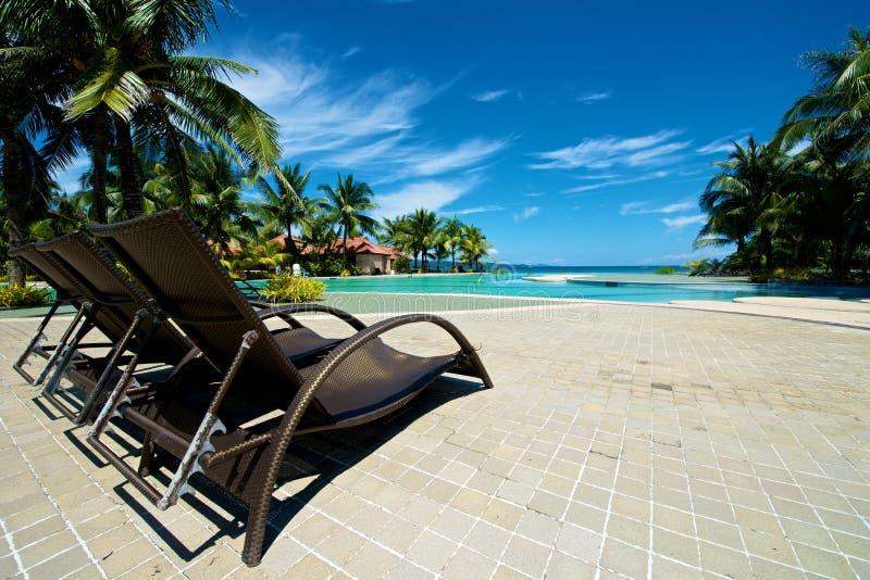 游泳池与可躺式椅的度假村在博拉凯 免版税库存照片