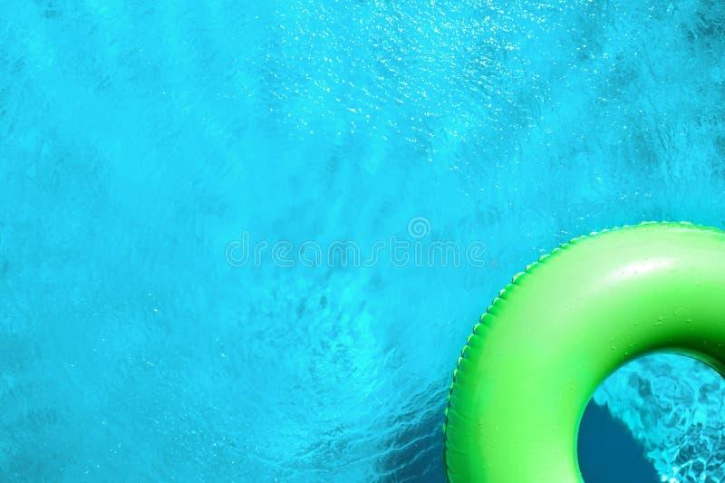 游泳池中漂浮的充气环,文本空间 暑假 免版税库存照片