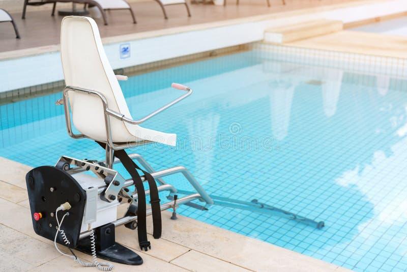 游泳池为对水池的残疾人通入举 库存图片