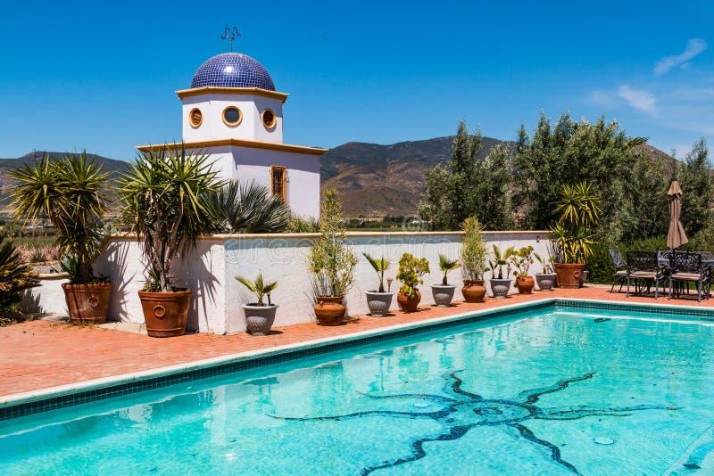 游泳池周围和半球形的大厦在Adobe瓜达卢佩河 免版税库存照片