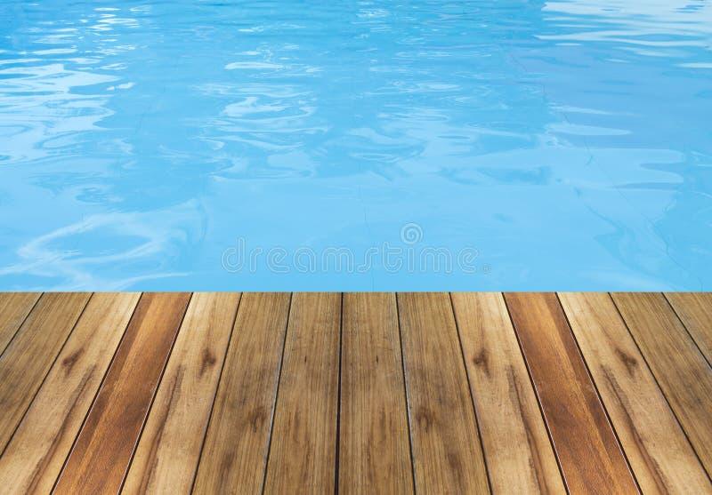 游泳池和木甲板背景 免版税库存图片
