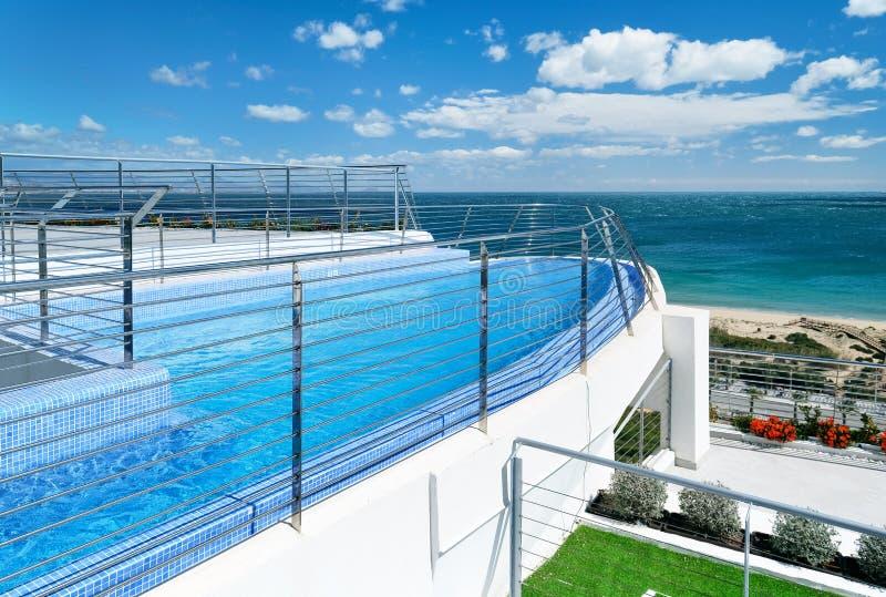游泳池和视图向地中海 免版税库存照片