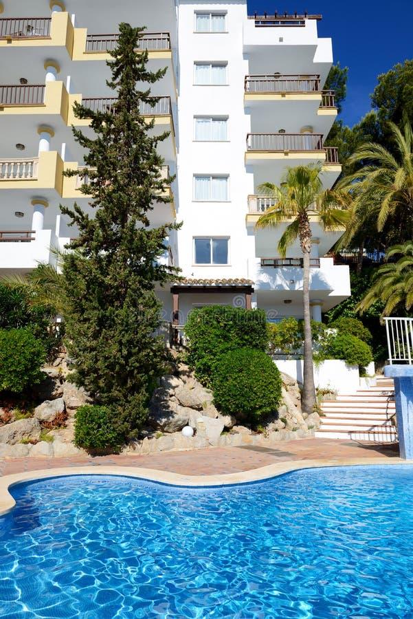 游泳池和绿松石在旅馆里浇灌 库存照片