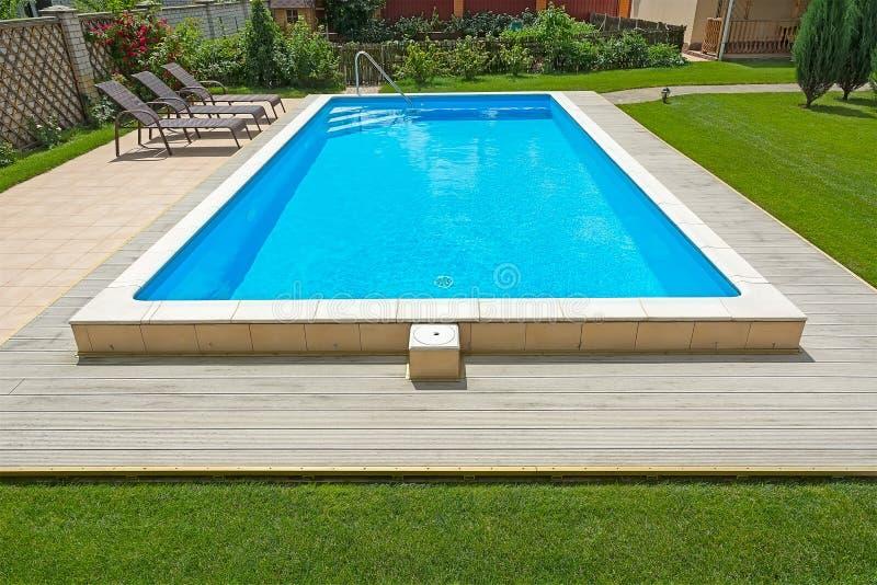 游泳池在一个私人住宅的围场 图库摄影