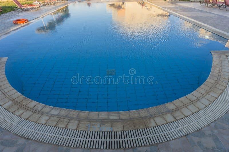 游泳池在克利特 免版税库存照片