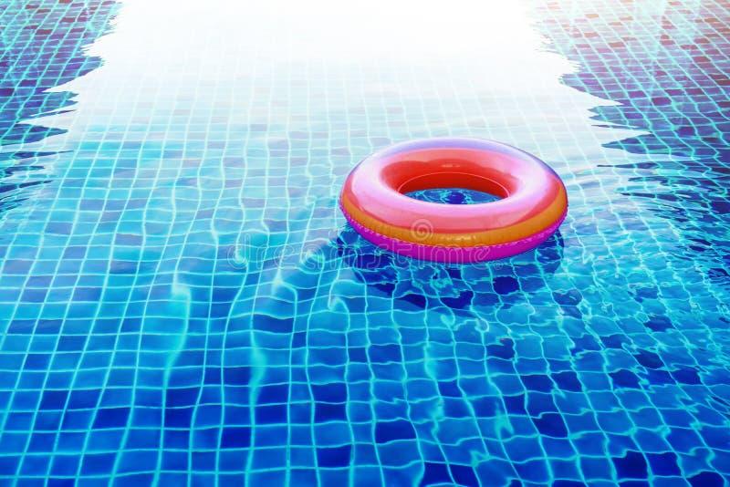游泳池在大海的圆环浮游物 免版税库存图片