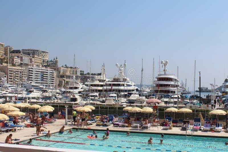 游泳池在摩纳哥的中心 库存照片