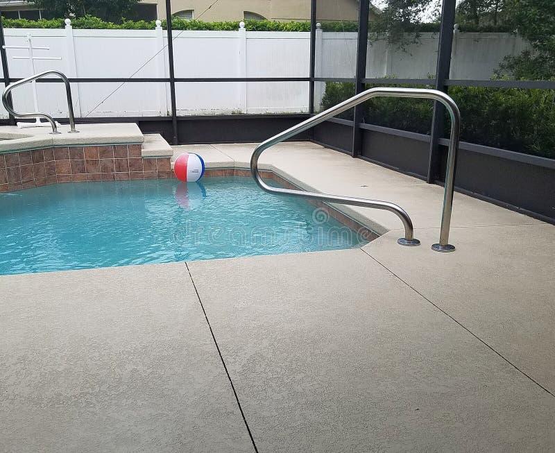 游泳池在有水池甲板和温泉极可意浴缸的屏幕封入物 免版税库存照片