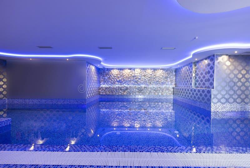 游泳池在豪华旅馆温泉中心 免版税库存照片