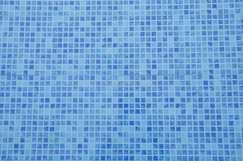 游泳池底部 关闭蓝色锦砖看法在水池的 蓝色抽象陶瓷砖 免版税库存图片