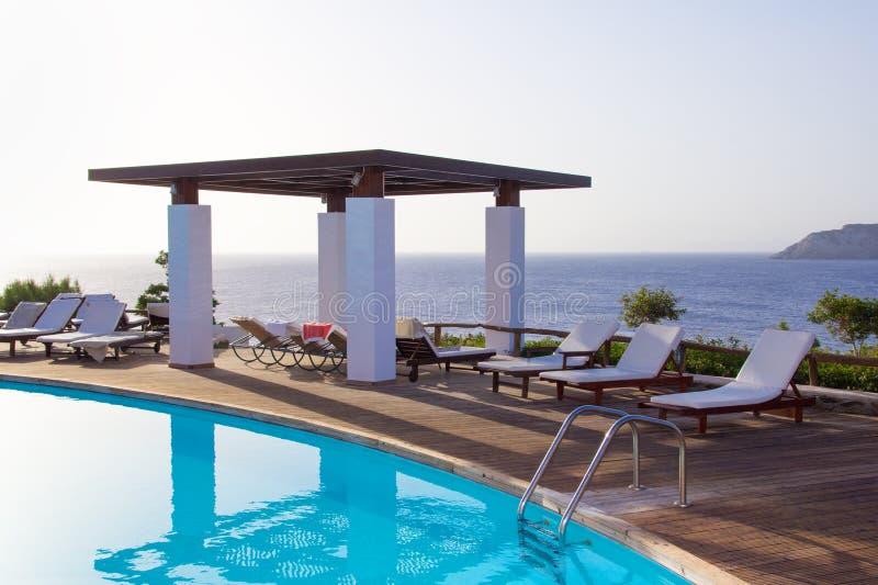 游泳池有在克利特海岛上的美好的海视图 图库摄影