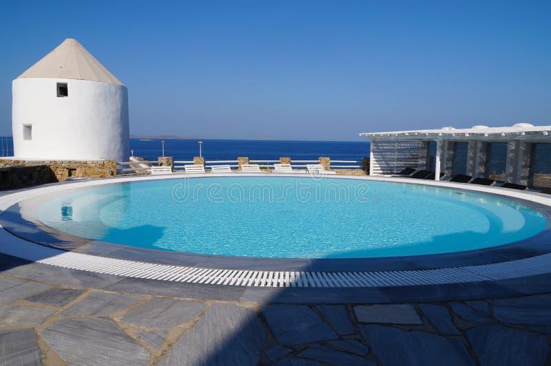 游泳池有地中海视图,米科诺斯岛,希腊 库存照片