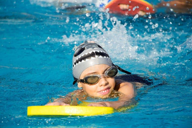 游泳池的一个微笑的年轻男孩 库存图片