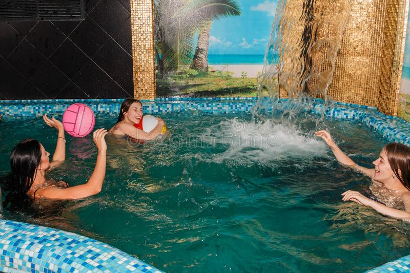 游泳池的三个女性朋友 图库摄影