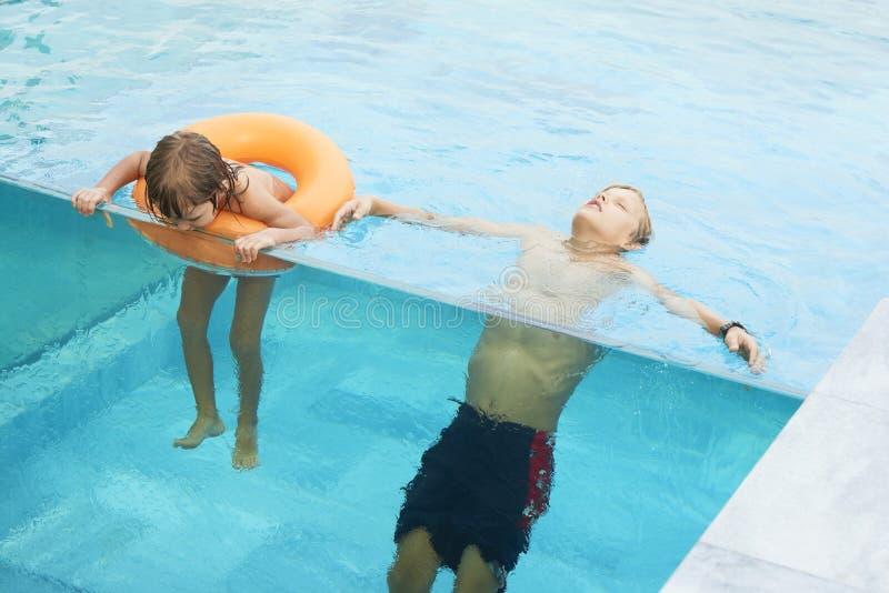 游泳池的两个兄弟 图库摄影