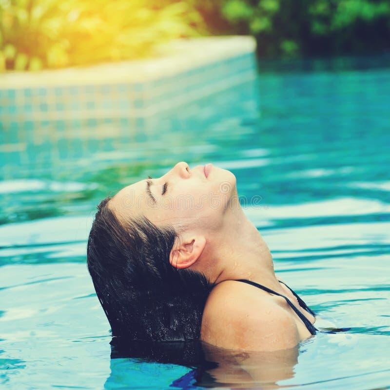 游泳池的亚裔妇女 免版税库存图片