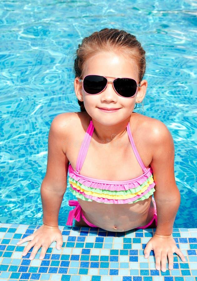 游泳池的可爱的微笑的小女孩 库存照片