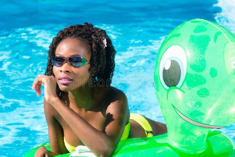 Download 游泳池的女孩浇灌与可膨胀anmimal 库存图片. 图片 包括有 beautifuler, 白种人, 通知 - 59102591